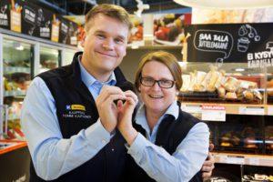 4.4.2016 Helsinki, Kannelmäki, K-Market Iso-kappa, Kuvassa kauppiaat Tommi ja Mari Kaipainen. kuva Matti Matikainen